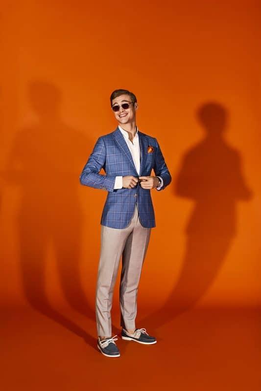Saco azul con cuadros y pantalon beige