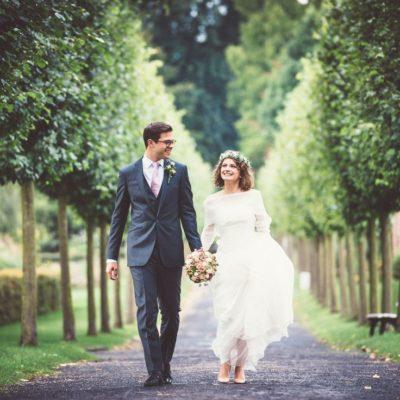 novio y novia caminando en el parque