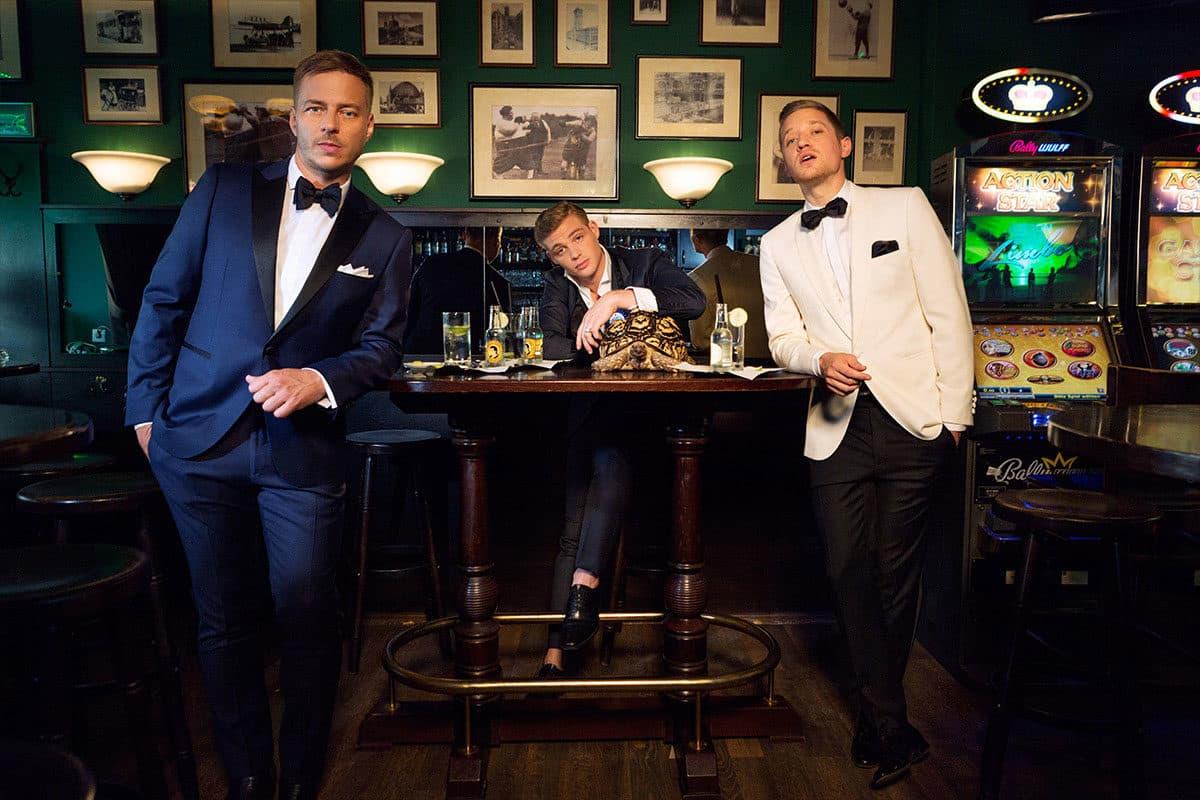 3 hombres con diferentes smoking a la medida
