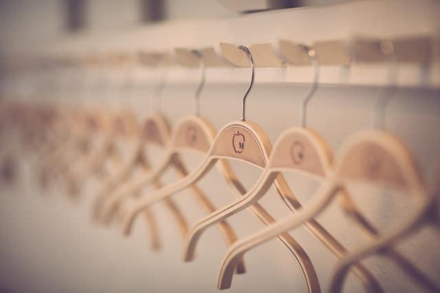 perchas de madera para trajes