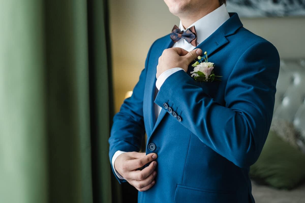 como usar un traje de novio azul