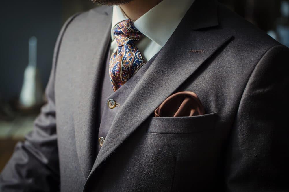 cómo llevar un pañuelo de bolsillo