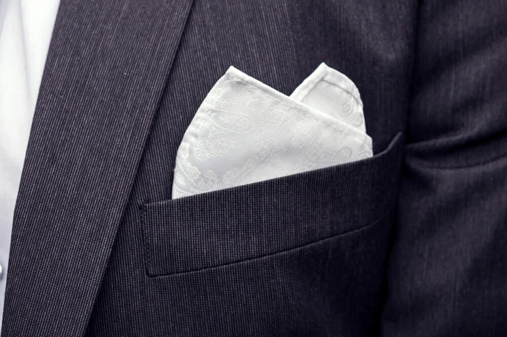 cómo combinar un pañuelo de bolsillo