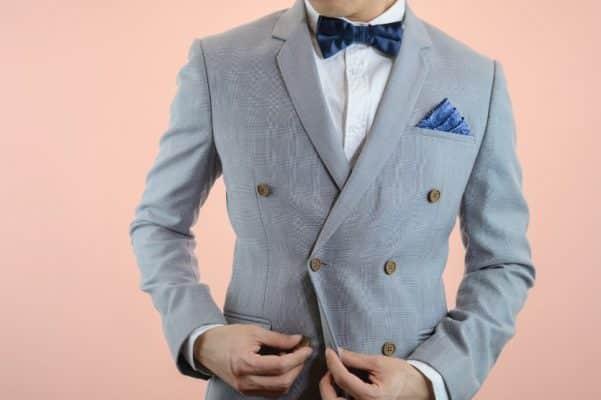 traje cruzado gris