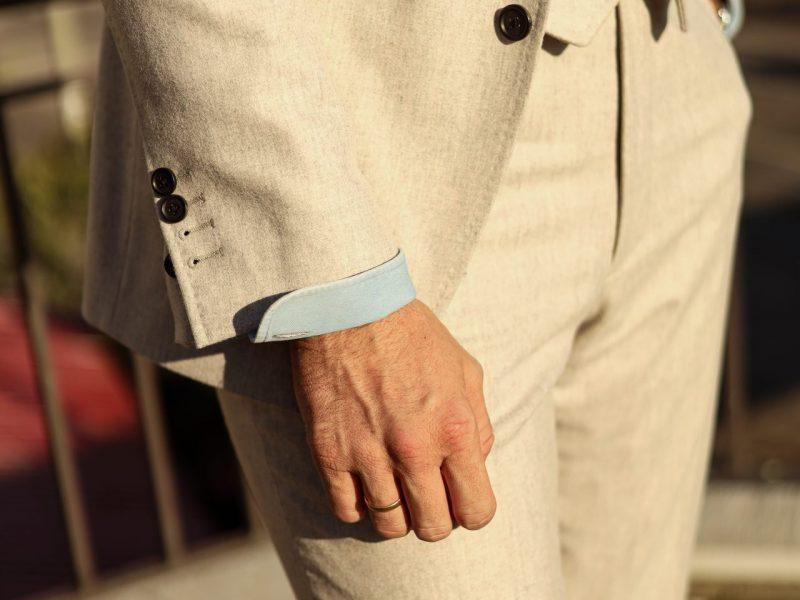 traje de 3 piezas color crema con camisa azul